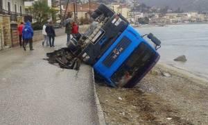 Λέσβος: Προσέκρουσε σε στύλο και κατέληξε στη θάλασσα