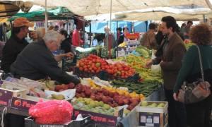 Παραγωγοί λαϊκών αγορών: Όργιο μαύρου χρήματος και κίνδυνοι για τη δημόσια υγεία