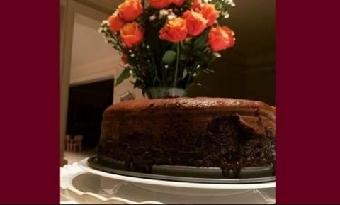 Αυτό το σοκολατένιο κέικ δεν θα πιστεύετε ποια πασίγνωστη μαμά το έφτιαξε!