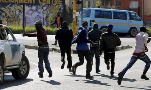 Στρατός βγαίνει στο Γιοχάνεσμπουργκ λόγω της ξενοφοβικής βίας (video)