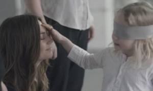 Φανταστικό πείραμα: Παιδιά προσπαθούν να βρουν τη μαμά τους χωρίς να βλέπουν!
