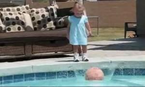 Το κοριτσάκι ρίχνει την μπάλα του στην πισίνα, αυτό που ακολουθεί απλά σοκαριστικό!