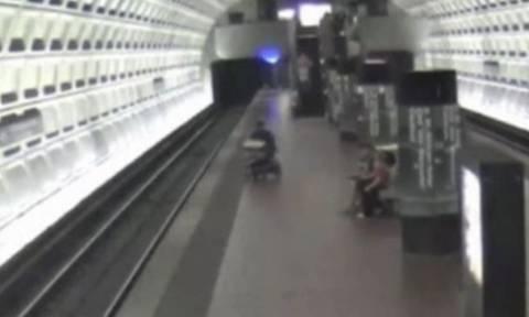 ΗΠΑ: Ανάπηρος έπεσε στις γραμμές του μετρό! (video)