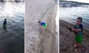 Απίστευτο! Πιάνει το ψάρι με γυμνά χέρια και είναι μόνο ένα παιδί