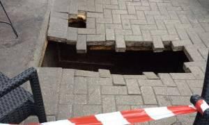 Τρύπα «κατάπιε» μια γυναίκα έξω από καφέ στο Λονδίνο (photos)
