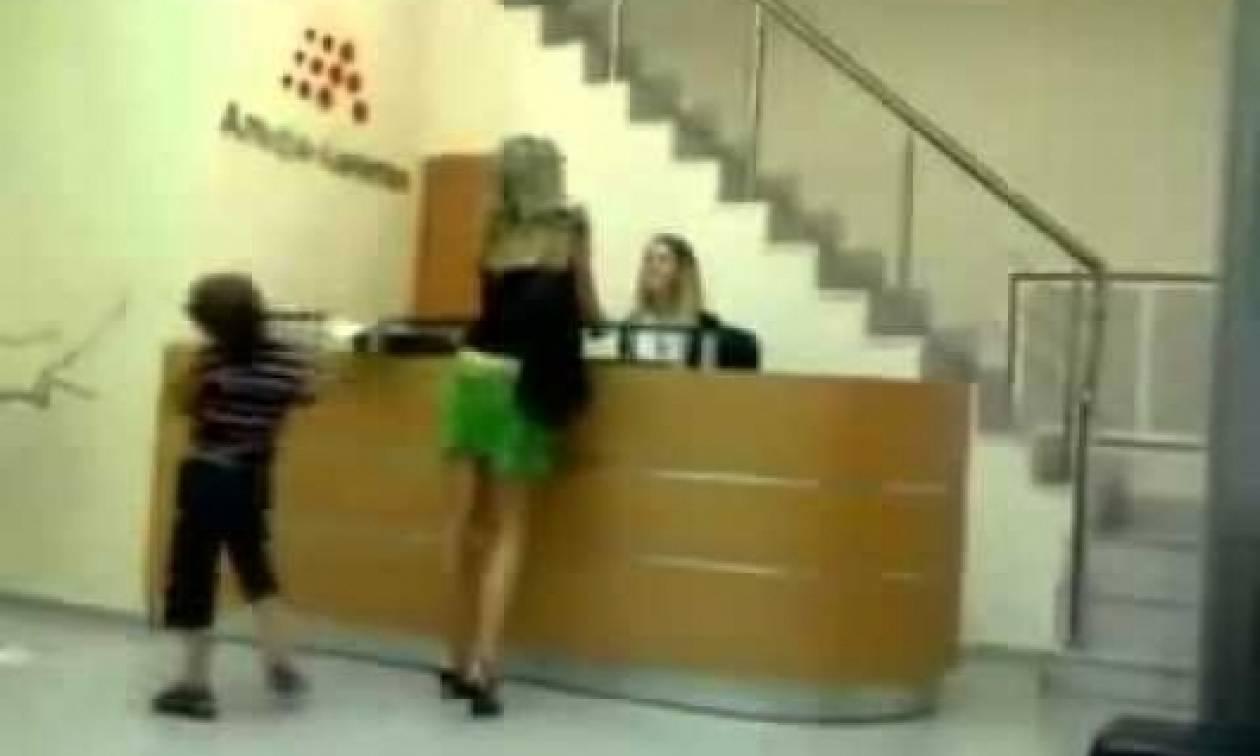 Ένα κακομαθημένο κατεβάζει τη φούστα της μαμάς του γιατί δεν του κάνει τα χατίρια!