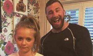 Το μήνυμα που έγραψε στην μπλούζα της κόρης του και έγινε viral