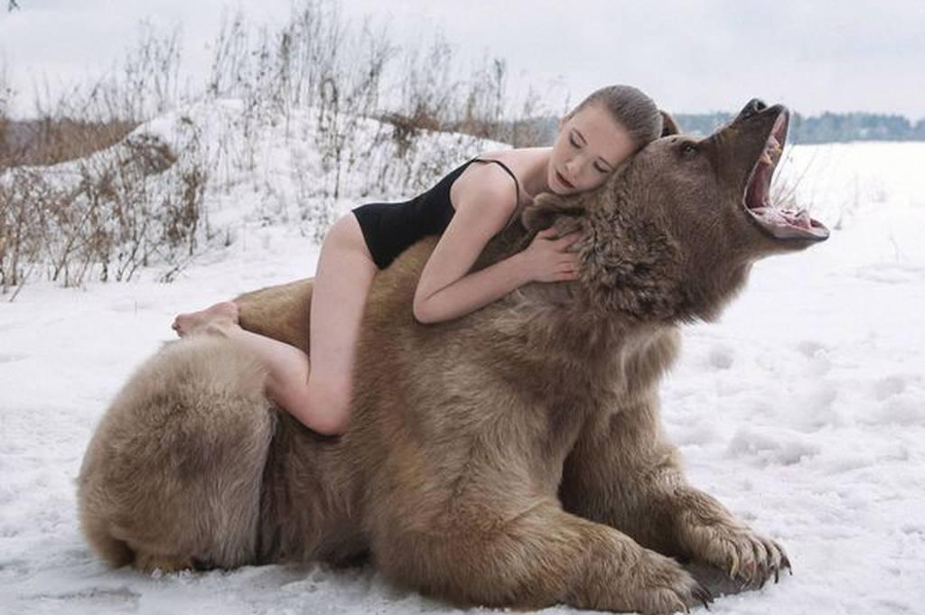Ημίγυμνα μοντέλα ξάπλωσαν στο κρεβάτι με μία ολοζώντανη… αρκούδα! (video+photos)
