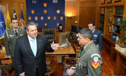 Ο Πάνος Καμμένος τίμησε τον Λοχία Ντεληγιώργη που έσωσε μετανάστες στη Ρόδο