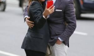 Δεν κρατιούνται με τίποτα! Ζευγάρι φιλιέται και βγάζει selfies στη μέση του δρόμου