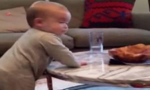Δείτε τι κάνει ένα μωρό όταν οι γονείς του επιμένουν να ακολουθήσει τους κανόνες!
