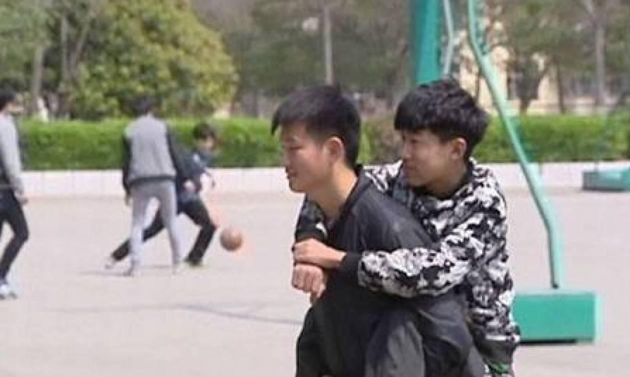 Συγκλονιστικό: Ο 19χρονος που μεταφέρει στο σχολείο τον ανάπηρο φίλο του (photos)