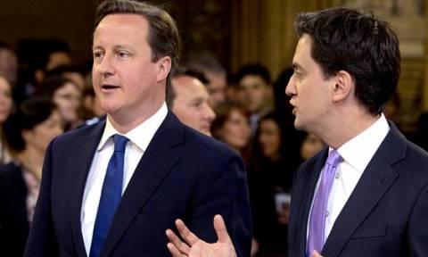 Βρετανία: «Στήθος με στήθος» Συντηρητικοί και Εργατικοί