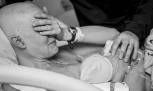 Οι viral φωτογραφίες της μητέρας που θηλάζει μετά από μαστεκτομή