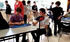 Έφηβος κατάφερε να λύσει τον κύβο του «Ρούμπικ» μέσα σε 5,25 δευτερόλεπτα!