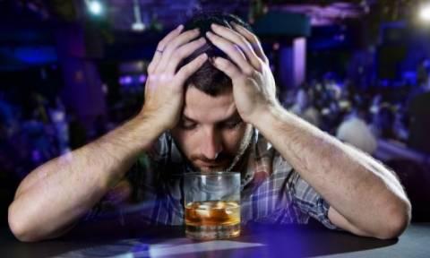 Αλκοόλ με άδειο στομάχι: Τι προκαλεί στο σώμα