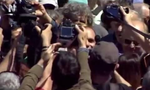 Απίστευτες σκηνές λατρείας για τον Βαρουφάκη στη συγκέντρωση της Πρωτομαγιάς (vid)