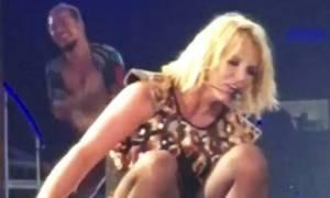 Άουτς! Η Britney Spears έπεσε πάλι στην σκηνή... Τι της συμβαίνει επιτέλους;