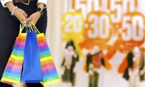 Ξεκίνησαν οι ενδιάμεσες εκπτώσεις – Ανοιχτά την Κυριακή τα καταστήματα
