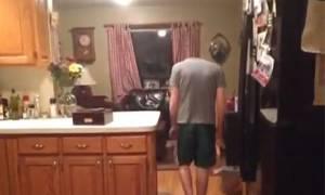 Απίστευτο τρικ: Πώς να κάνετε το κεφάλι σας να... εξαφανιστεί (Video)