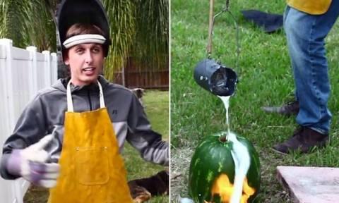 Τι γίνεται αν ρίξεις λιωμένο αλουμίνιο σε… καρπούζι; Τέχνη! (video)