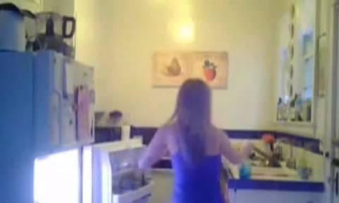 Κάμερα κατέγραψε 22χρονη να δηλητηριάζει τις συμφοιτήτριές της (video)