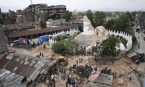 Στα συντρίμμια των ιστορικών μνημείων του Νεπάλ (photos)