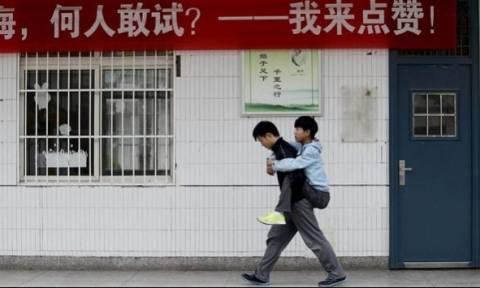 Αυτό το παιδί, επί τρία χρόνια κουβαλά στο σχολείο τον συμμαθητή του - Δείτε γιατί!