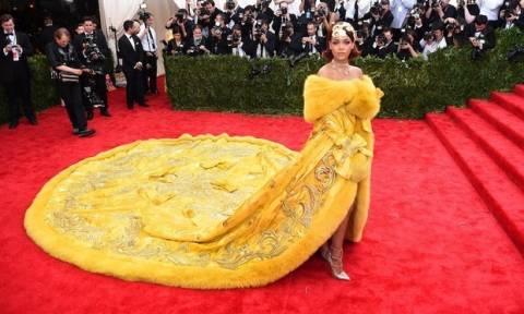Το φόρεμα της Rihanna έγινε viral (photos)