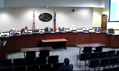 Δήμαρχος πήγε τουαλέτα με το μικρόφωνο... ανοιχτό! (video)