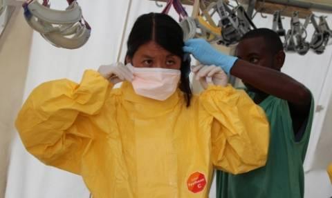 Εξασθένησε αλλά παραμένει «ζωντανός» ο Έμπολα