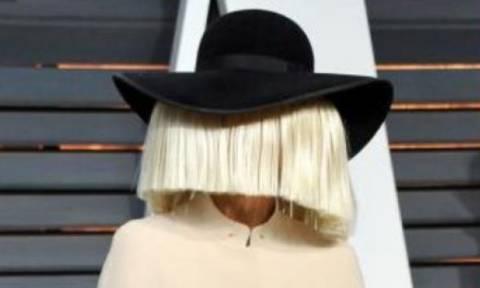 Η τραγουδίστρια του Chandelier δείχνει το πρόσωπό της και έχουμε τα ντοκουμέντα