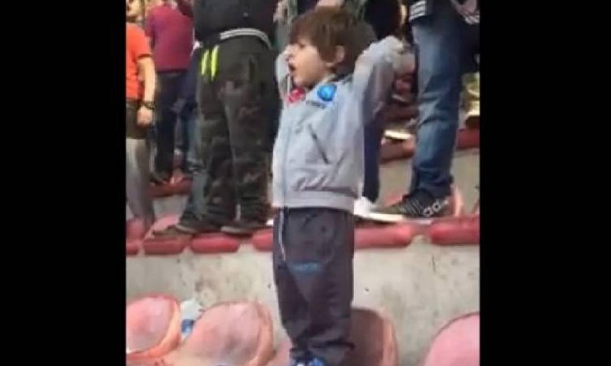 Νάπολι: Τρελαίνει… κόσμο ο μπόμπιρας οπαδός
