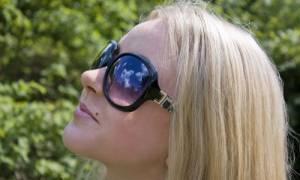 Ελιές στο δέρμα και ήλιος: Τι πρέπει να προσέχετε