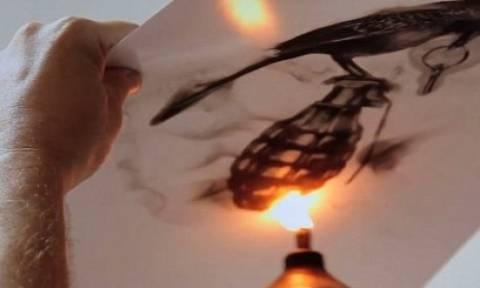 Δείτε τον άνθρωπο που ζωγραφίζει χρησιμοποιώντας τη φωτιά!