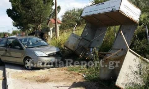 Λαμία: Αυτοκίνητο έπεσε σε στάση - Δεν υπήρξαν τραυματισμοί