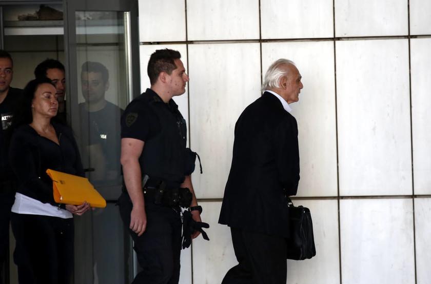 Αγνώριστη η Βίκυ Σταμάτη στο δικαστήριο – Δείτε τις φωτογραφίες
