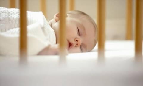 Οδηγός επιβίωσης για νέες μαμάδες: Πώς πρέπει να κοιμάται ένα νεογέννητο