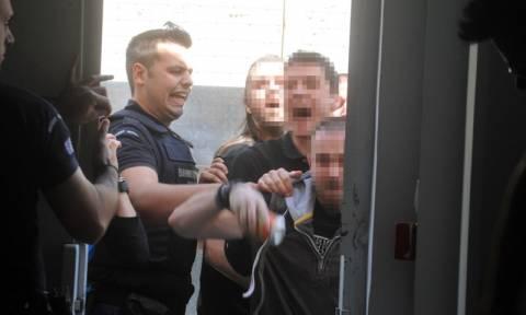 Video ντοκουμέντο από τη στιγμή της εισβολής αντιεξουσιαστών στη δίκη της Χρυσής Αυγής