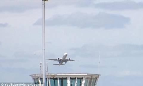 Αεροπλάνο γλυτώνει τελευταία στιγμή σύγκρουση με άλλο (video)