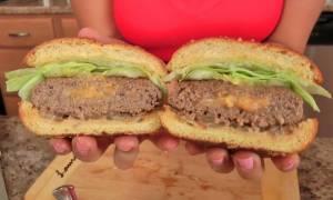 Σπιτικό burger με τυρί cheddar: Μία «αμαρτωλή» συνταγή που θα σας ενθουσιάσει