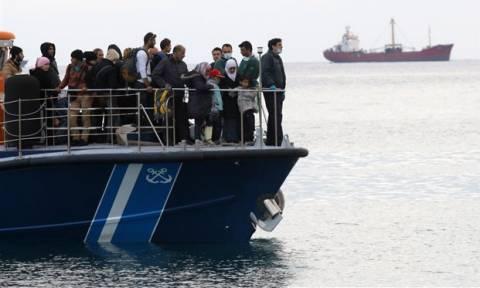 Αντίπαξοι: Σώοι οι μετανάστες που βρέθηκαν σε ακυβέρνητο πλοιάριο