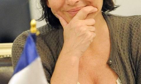 Το... ντεκολτέ της υπουργού προκάλεσε θραύση στο διαδίκτυο (photos)