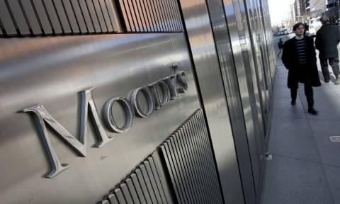 Ενώ η ΕΚΤ συνεδριάζει, η Moody's εκφοβίζει