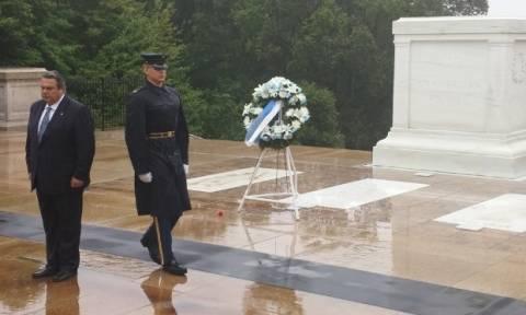 Καμμένος: Κατέθεσε στεφάνι στο μνημείο του Αγνώστου Στρατιώτη στο Άρλιγκτον