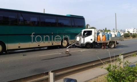 Κρήτη: Φορτηγό με φιάλες υγραερίου έπεσε σε λεωφορείο (photos)
