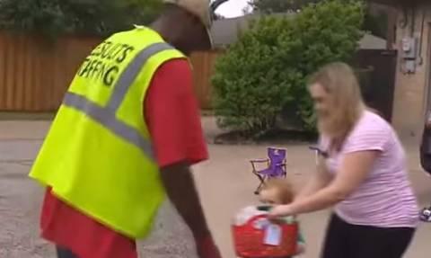 Ο δίχρονος που έχει «κολλητό» έναν υπάλληλο καθαριότητας (video)