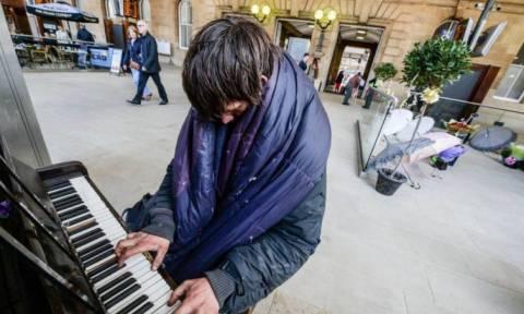 Ο άστεγος πιανίστας που άφησε άφωνο το Διαδίκτυο (video & pics)