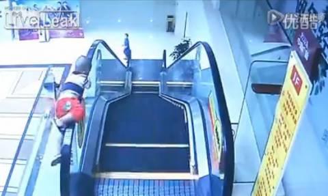 Ανατριχιαστικό ατύχημα με δίχρονο: Έπεσε από τις κυλιόμενες σκάλες και επέζησε (video)