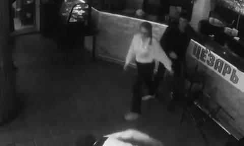 Τα ΄θελε και τα ΄παθε: Παρενόχλησε τη σερβιτόρα και εκείνη τον έβγαλε νοκ άουτ (video)
